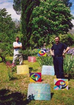 2000 Moje a Sekelove obrazy v provensálskej záhrade My and Sekel's paintings in a garden in Provence