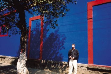 2000 Pred ateliérom a terajším múzeom mexickej maliarky Fridy Khalo In front of the studio and the museum of the Mexican painter Frida Khalo